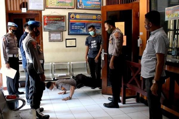 Tak Kenakan Masker, Polisi Grobogan Push Up