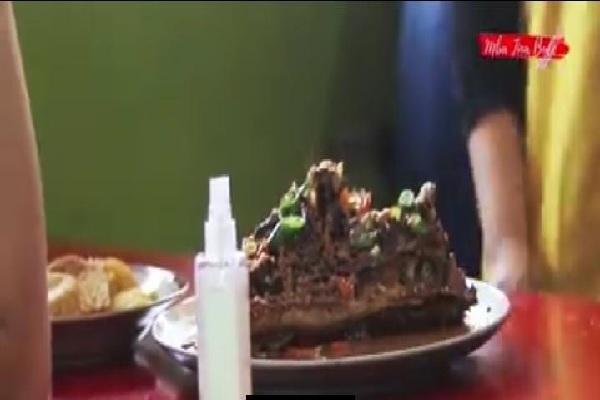 Kunjungi Semarang, Bule Rumania Ini Jajal Kepala Manyung di Warung Makan Bu Fat