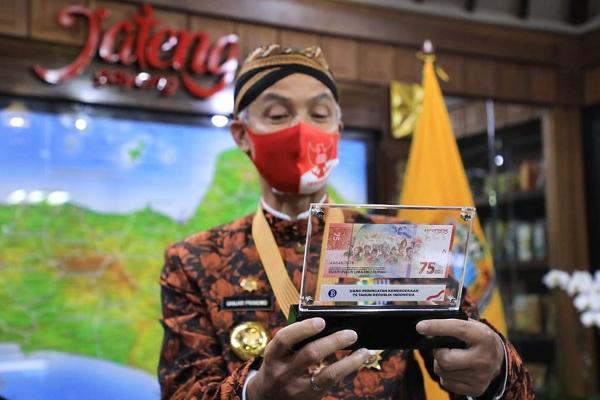 Ganjar Jadi Orang Pertama di Jateng yang Punya Uang Baru Rp75.000