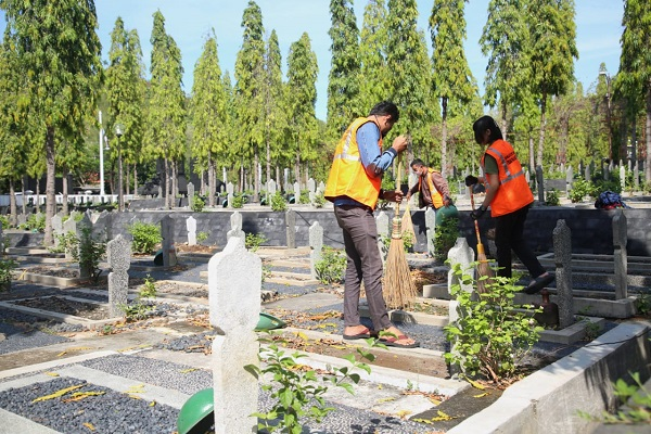 Serem!!! Tak Bawa Masker, Warga di Semarang Suruh Nyapu Kuburan
