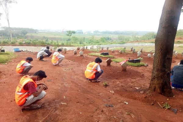 Tak Pakai Masker, Puluhan Warga Kota Semarang Berdoa di Makam Covid-19