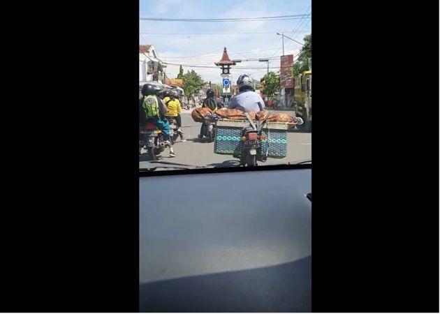 Viral, Pria di Boyolali Ini Terekam Kamera Bawa Jenazah dengan Motor