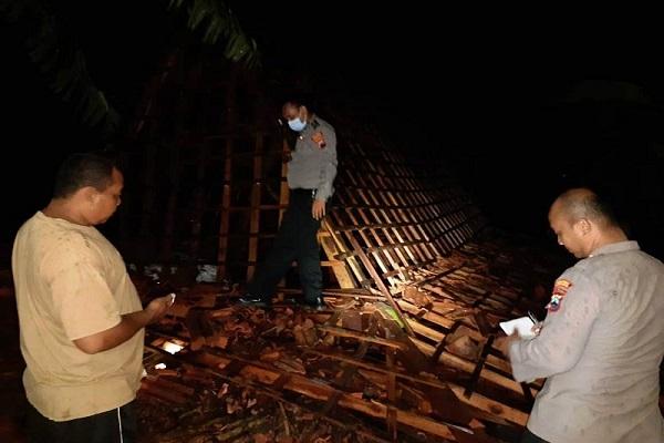 Diterjang Angin Kencang, Satu Rumah di Grobogan Roboh