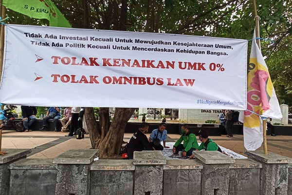 Tolak Omnibus Law & Upah Naik 0%, Buruh di Semarang Dirikan Tenda Perjuangan