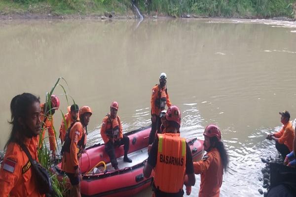 Nekat! Kakek 60 Tahun Terjun Bebas ke Sungai Serayu