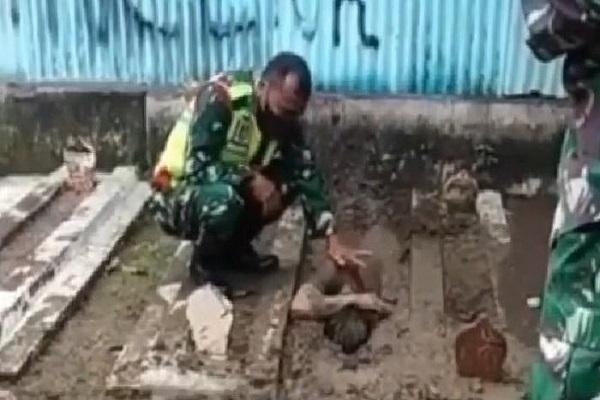 Viral, Pemuda Tegal Nekat Kubur Diri Hidup-Hidup, Ini Alasannya…