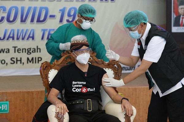 Disuntik Vaksin Pertama di Jateng, Begini Perasaan Gubernur Ganjar…