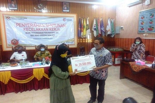 Terima Santunan dari KPU Grobogan, Ibu Anggota KPPS Menangis
