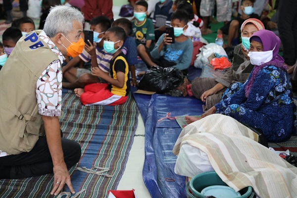 Tempat Pengungsi Banjir di Pekalongan Sesak, Gubernur Ganjar Minta Ruangan Disekat