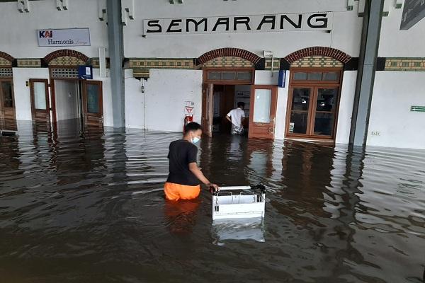 Stasiun Tawang Semarang Terendam Banjir, Perjalanan KA Dialiahkan