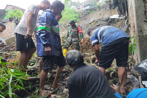 Banjir di Semarang, 2 Orang Tertimbun Longsor & 1 Tersengat Listrik