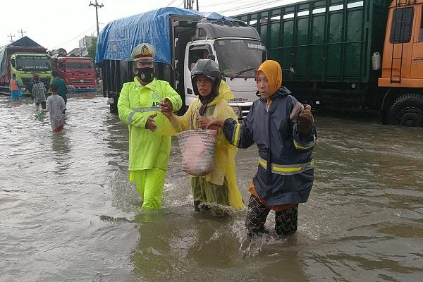 Banjir Tak Kunjung Surut, Jalur Kaligawe Semarang Lumpuh