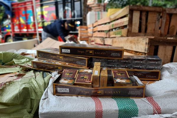 Ditutupi Buah Naga & Salak, Ratusan Ribu Rokok Ilegal Dikirim ke Sumatra via Semarang
