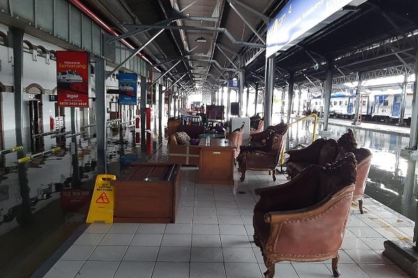Rel Masih Terendam Air, Perjalanan Kereta Api di Semarang Belum Normal