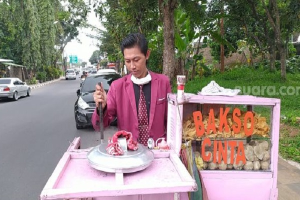 Unik! Pria Semarang Ini Jualan Bakso Pakai Jas Lengkap dengan Dasi