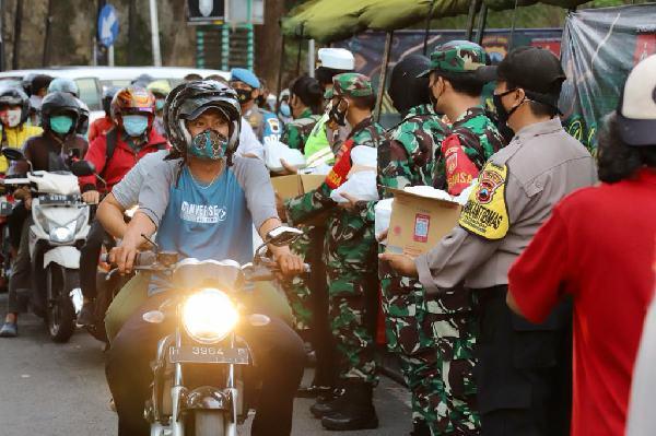 Aparat TNI-Polri Bagikan 36.000 Takjil di Jateng