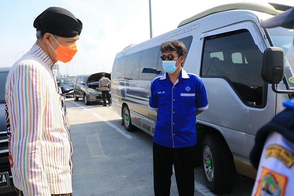Cek Exit Tol Sragen, Ganjar Setop Rombongan Pengantin dari Klaten