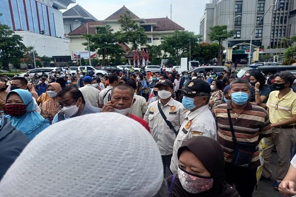 Antrean Vaksinasi di Kantor Gubernur Berpotensi Munculkan Klaster Baru, KI Jateng: Ngisin-Ngisini