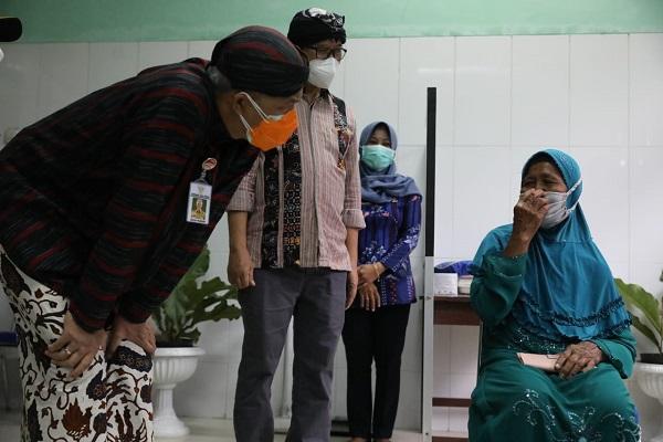 Cerita Bidan di Banyumas Ajak Lansia Ikut Vaksinasi lewat Dasawisma
