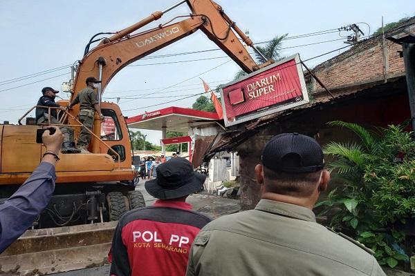 Satpol PP Semarang Bongkar Puluhan Kios PKL di Simongan