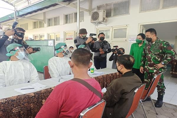 Datang Bareng Istri, Jenderal Andika Perkasa Bawa Oleh-Oleh untuk Nakes Semarang