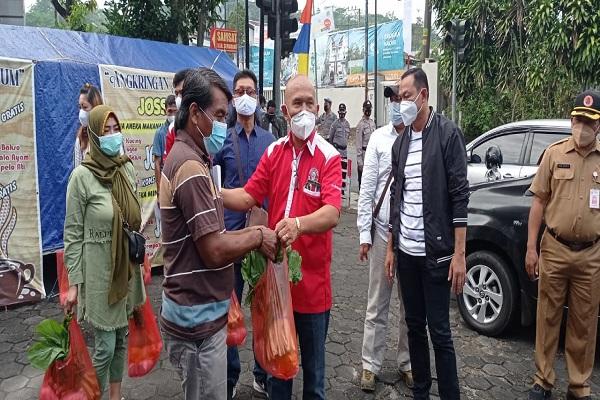 Protes PPKM, Pedagang & Pekerja Wisata Semarang Bagikan Sembako