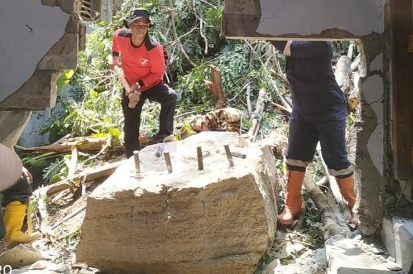 Ngeri! Batu Raksasa Jebol Rumah Warga di Prambanan Sleman