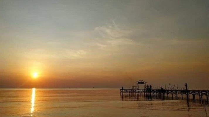 Menikmati Sunset dan Hutan Mangrove di Pantai Istambul Demak