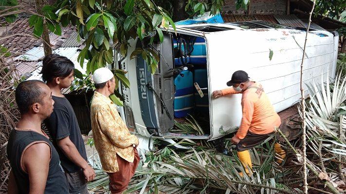 Pulang Ziarah, Minibus Rombongan Guru SD dari Demak Terguling
