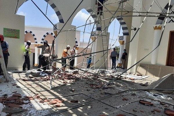 Diduga Salah Konstruksi, Atap Serambi Masjid Besar Nguter Ambrol